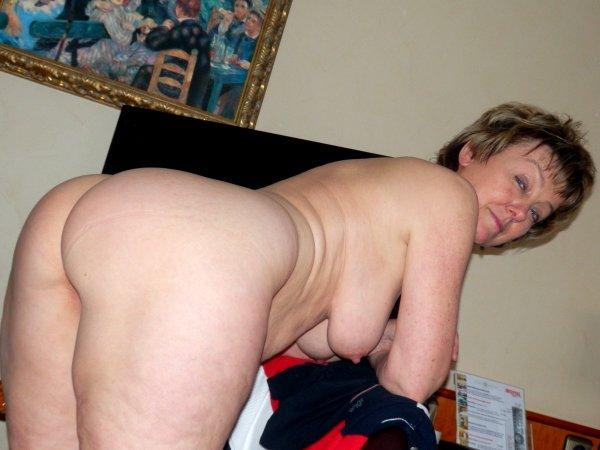 Пожилая дама умело позирует показывая свою киску