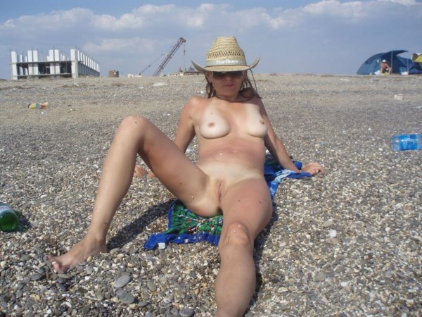 Голые люди на пляже