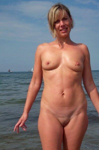 На пляже без трусов