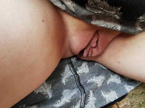 Муж разглядывает припухшую киску жены