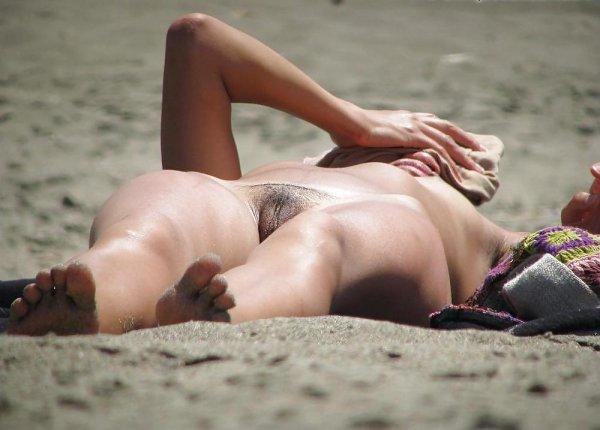 Девушки на диком пляже
