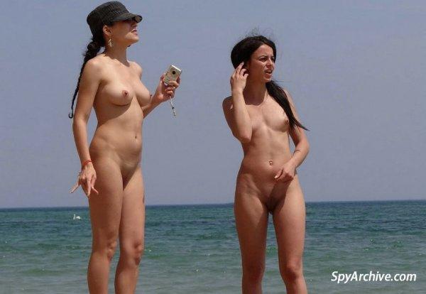 Брюнетки нежатся на пляже