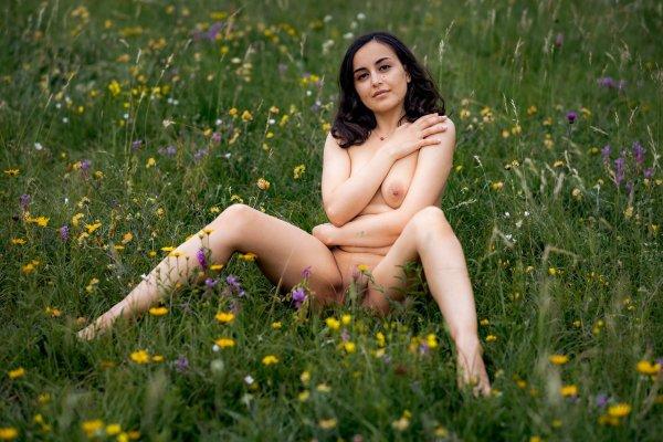 Сексуальная арабка на природе