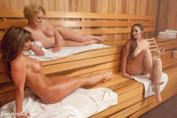 Три зрелые подружки пошалили в сауне