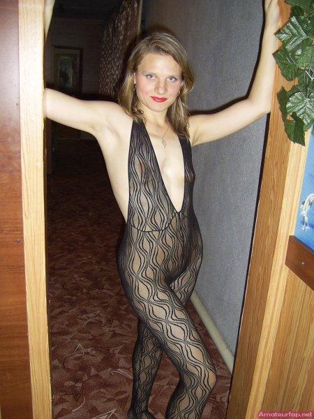 Жена в колготках с дыркой между ног