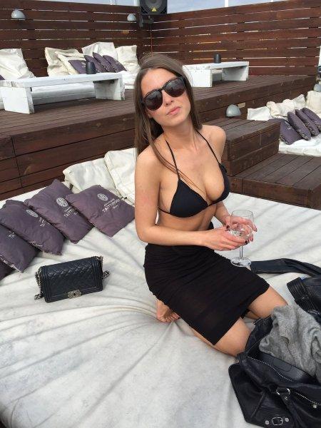 Стройная курортница с прелестными дойками