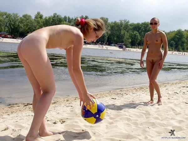 Голые девки на пляже играют в волйбол
