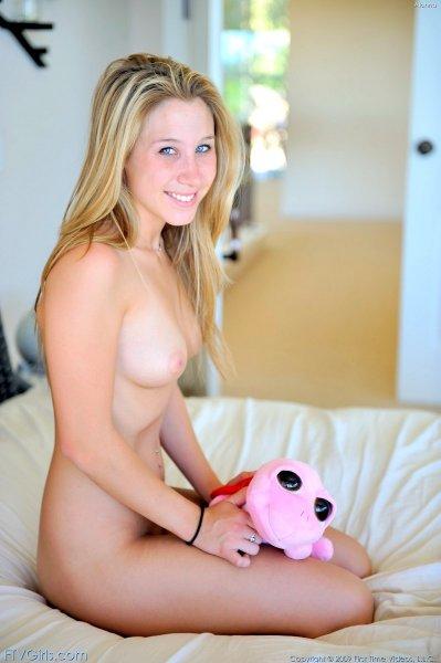 Пальчик в розовой киске улыбчивой блондинки
