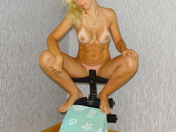 Загорелая жена удовлетворяет киску большой игрушкой