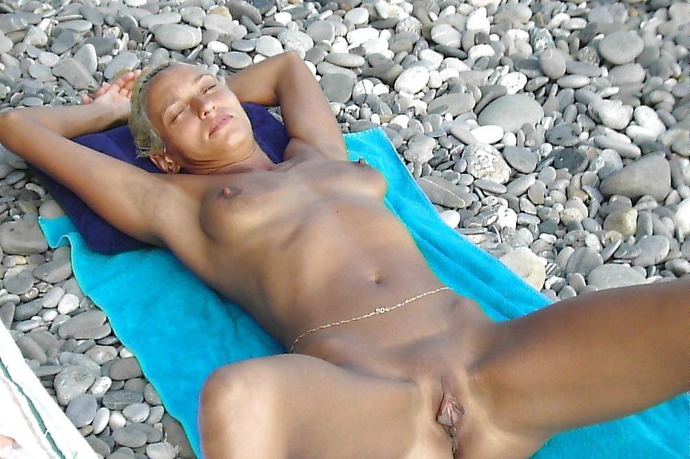 Молодая Нудистка Мастурбирует На Пляже