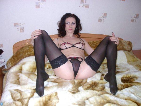 Молодая жена в секс-белье демонстрирует киску