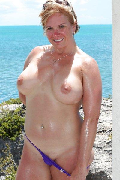 Зрелые на пляже