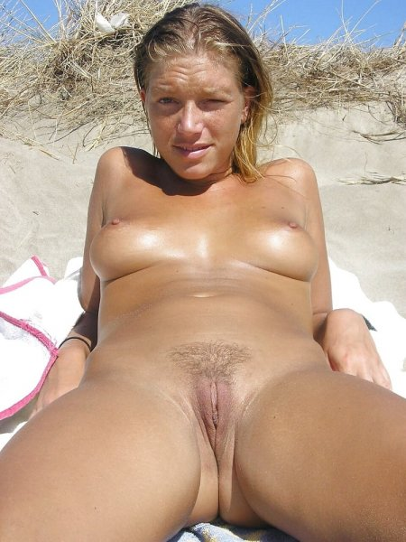 Нудисты нежатся на пляже