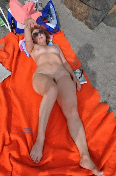 Пляжные фото с фигуристыми нудистками