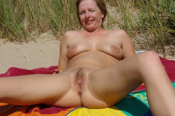 Зрелые женщины на пляже