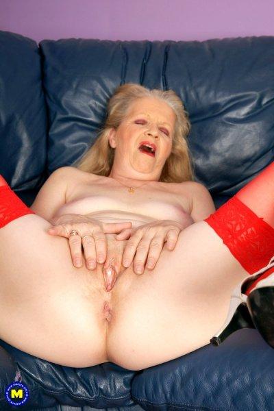 Пожилая дама в красных чулках