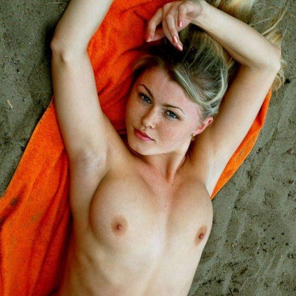 Блондинка с шикарными сиськами на нудистском пляже