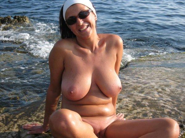Зрелая нудистка на пляже