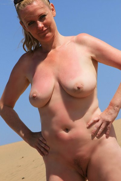 Зрелая дама для фото раздевается в пустыне