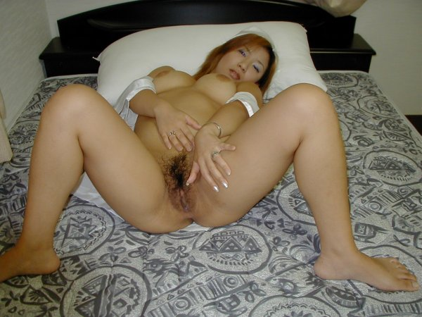 Азиатка с упругими сиськами и пушистым лобком