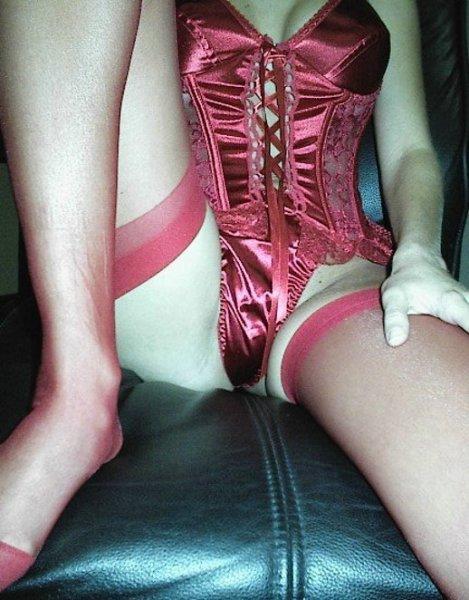 Сексуальная секретарша позирует в офисе