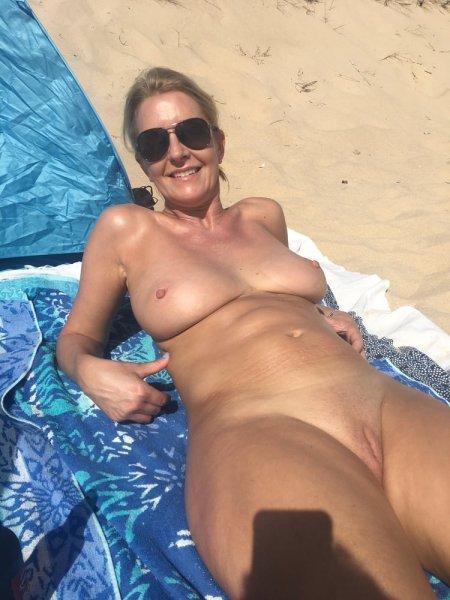Жена на диком пляже