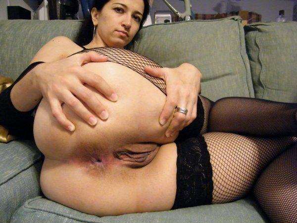 Жена раздвигает ноги и показывает большую попку