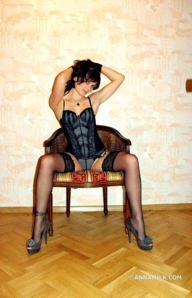 Игривая жена в сексуальных чулках