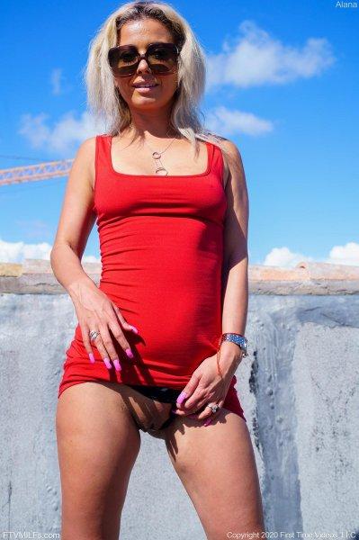 Зрелая блондинка без трусиков