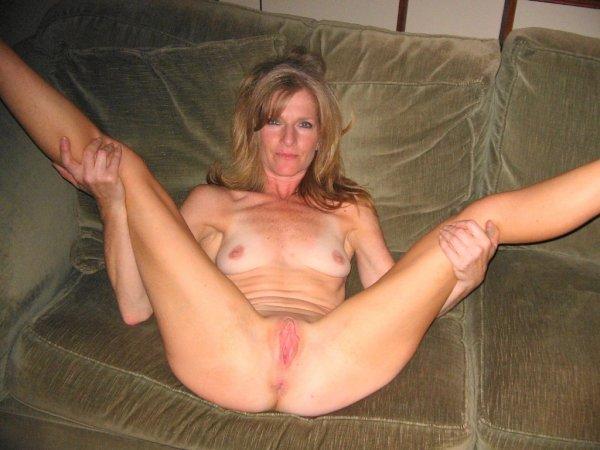 Милфа раздвинула ножки и дырочки