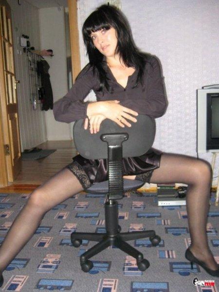 Жена позирует в полупрозрачном белье