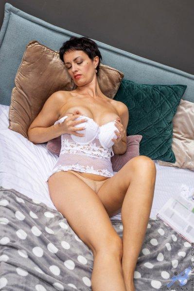 Милфа обнажает свое тело и мастурбирует
