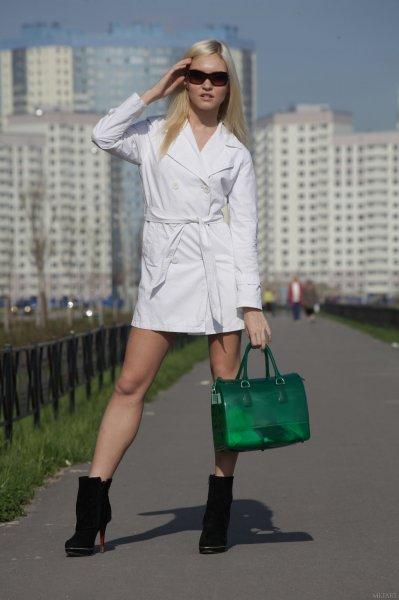 Блондинка обнажилась на улице