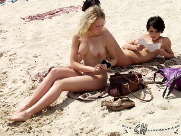 Горячие девушки ню на пляже
