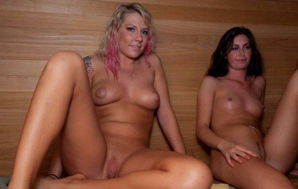 Голые подруги отдыхают в бане