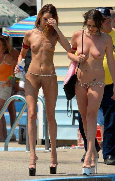 Фотоподборка раздетых девушек на улице
