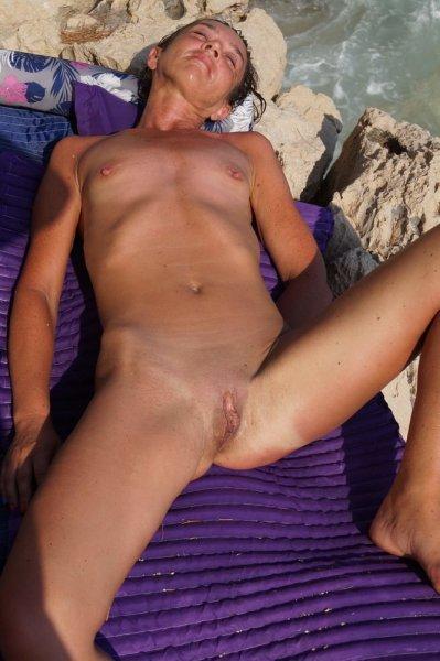 Зрелая нудистка на диком пляже
