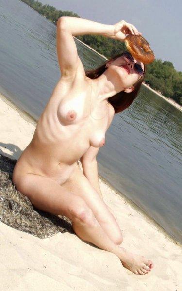 Рыжая красотка на нудистском пляже