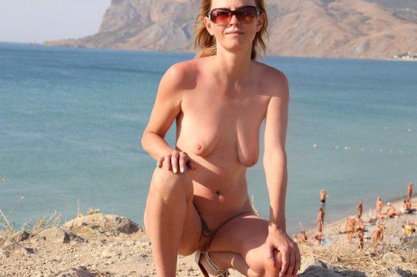 На пляже c широко раздвинутыми ногами