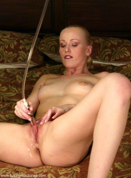 Блондинка получает оргазмы от вибраторов