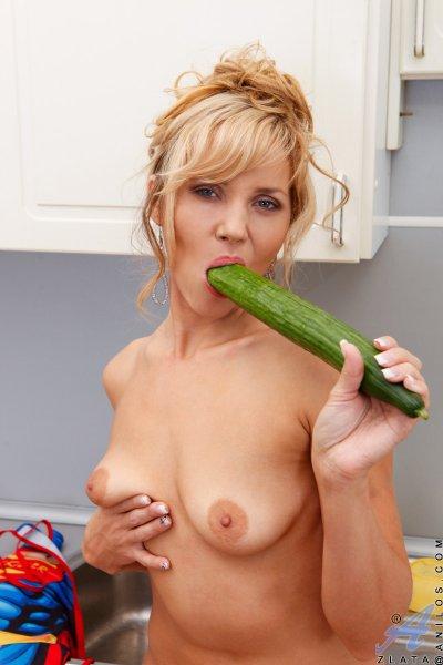 Домохозяйка ублажает себя на кухне