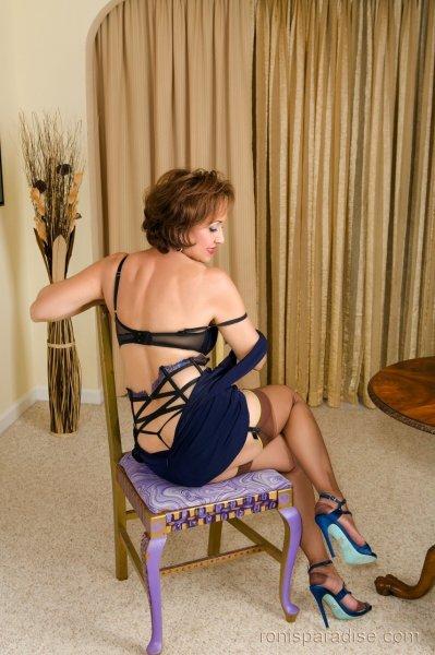 Сексуальная зрелая дамочка демонстрирует свои формы