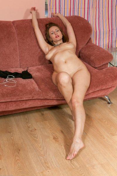 Дама за 40 позирует на диване