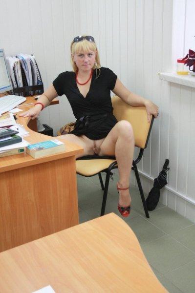 Секретарша снимает трусы в офисе и позирует