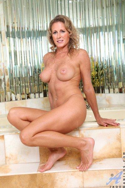 Грудастая зрелка позирует в ванной