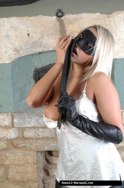 Горячая блондинка в маске и белых сапогах