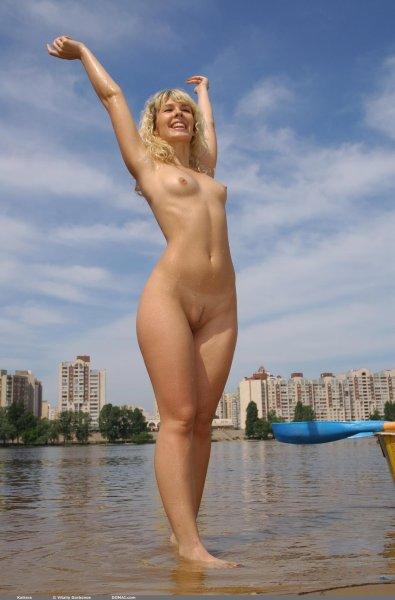 Изящная блондинка разделась на пляже