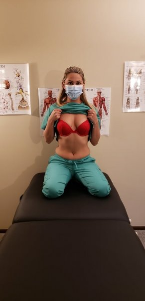 Молодая медсестра устроила фотосессию в кабинете
