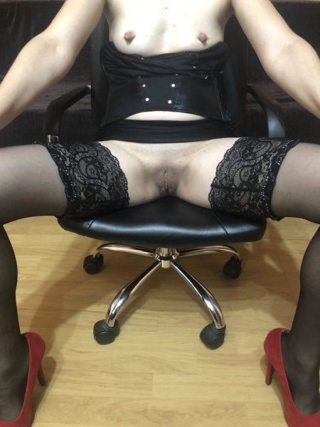 Раскрепощенная секретарша с анальной пробкой