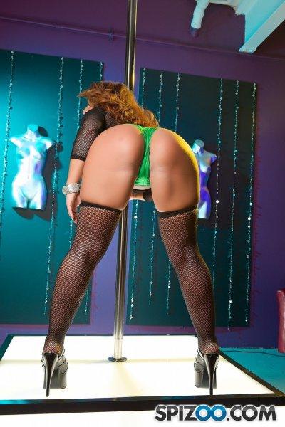 Сексуальная танцовщица на пилоне